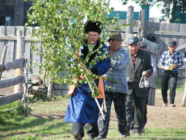 L'uomo che riceverà l'iniziazione porta la sua betulla